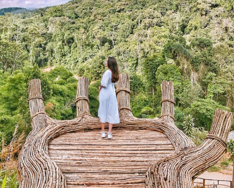 Hình 2 - Không gian lãng mạn giúp du khách được hòa minh với thiên nhiên